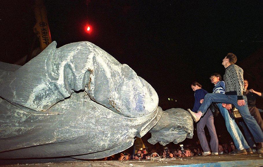 Когда в августе 91-го толпа снимала с пьедестала главного чекиста, оптимисты полагали, что КГБ утратило влияние навсегда. Оптимисты ошибались