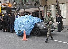 Невидимая сторона куда менее пафосна, но жертв куда больше: несколько минут назад в этой машине был взорван видный иранский ядерщик Мостафа Ахмади Рошан