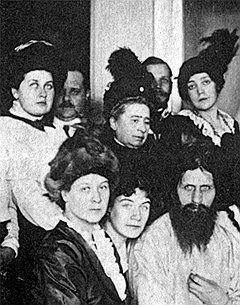 Фрейлина императрицы Александры Федоровны — Анна Вырубова (перваяслева) с Григорием Распутиным и его почитателями