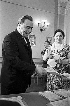 Леонид Ильич Брежнев был первым из вождей, кто не постеснялся прийти голосовать вместе с женой Викторией Петровной