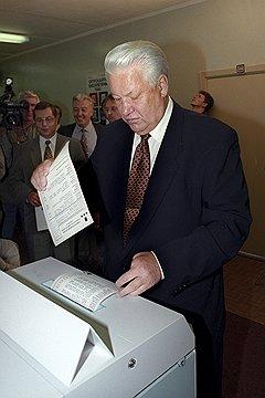 Президент России Борис Николаевич Ельцин проголосовал на выборах президента России. И не проиграл