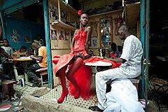 Винсент Бойсот. Модель позирует в мастерской портного в центре Дакара