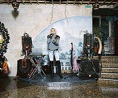 Роб Хорнстра. Певица Марика Бажур поет в ресторане города Сочи. Россия