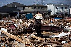 Ясуйоши Чиба. Чиеко Матсукава с дипломом своей дочери, который она разыскала в развалинах дома. Япония