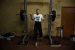 Силовая тренировка — неотъемлемый атрибут в любом виде спорта. Сейчас Александр Шустов тягает штангу, но на Олимпиаде в Лондоне будет прыгать в высоту