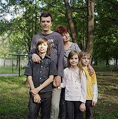 Олег, Елена и их дети — Даша, Сева и Адиль