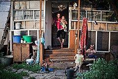 Светлана Лигихина с детьми. Для них дом — вот этот сарайчик