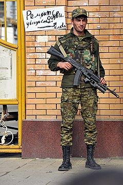Покой в Грозном до сих пор нуждается в усиленной защите, Поэтому люди с оружием здесь везде