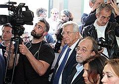 Обвиняемые — профессор физики Клаудио Эва (в центре) и бывший замглавы Службы гражданской обороны Бернардо Де Бернардинис (третий справа) — слушают приговор суда: шесть лет тюрьмы за неправильный прогноз по землетрясению