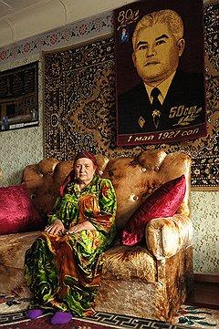 """Тетя Надя попросила сфотографировать ее с мужем. Но тот редко бывал дома. """"Сними хотя бы с портретом"""",— попросила она и села под ковром с изображением мужа. Я сняла. А через год мужчины не стало. Так получился портрет с портретом"""