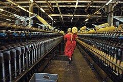 В советские времена кайраккумские ковры были дефицитом. Тогда на комбинате работали 6 тысяч человек. Сегодня на территории в 60 гектаров половина цехов пуста и народу не больше полутора тысяч в зависимости от сезона