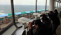 Жители Южной Кореи с тревогой смотрят на Корею Северную с обзорного пункта в 170 км от Сеула, рядом с демилитаризованной зоной