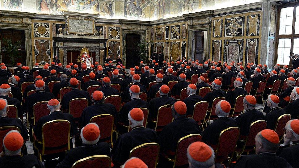 """В своих последних словах в качестве папы Бенедикт XVI пообещал """"безусловное уважение и послушание"""" своему преемнику. От имени более чем миллиарда католиков его изберут 117 кардиналов"""