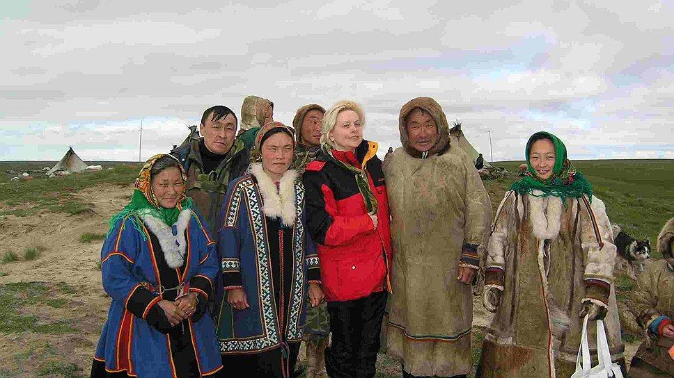 Наталья Комарова (в центре) на стойбище коренных малочисленных народов Севера. Ямало-Ненецкий автономный округ. 2000 год