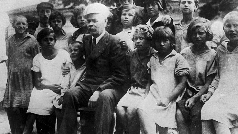 В 1928 году, когда Максим Горький посетил трудовую колонию Антона Макаренко, в стране насчитывалось около 300 тысяч беспризорных детей. Сегодняшнее число детей-сирот в РФ мы также можем оценивать лишь приблизительно