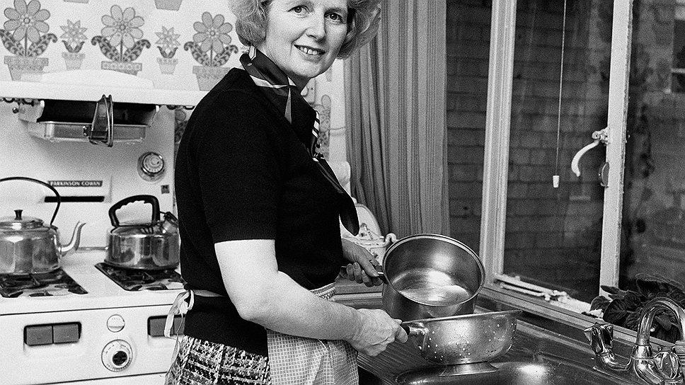 Тэтчер не была феминисткой. Иногда, когда члены Консервативной партии слишком долго обсуждали дела у нее в гостиной, она шла на кухню и готовила им ужин. 1975