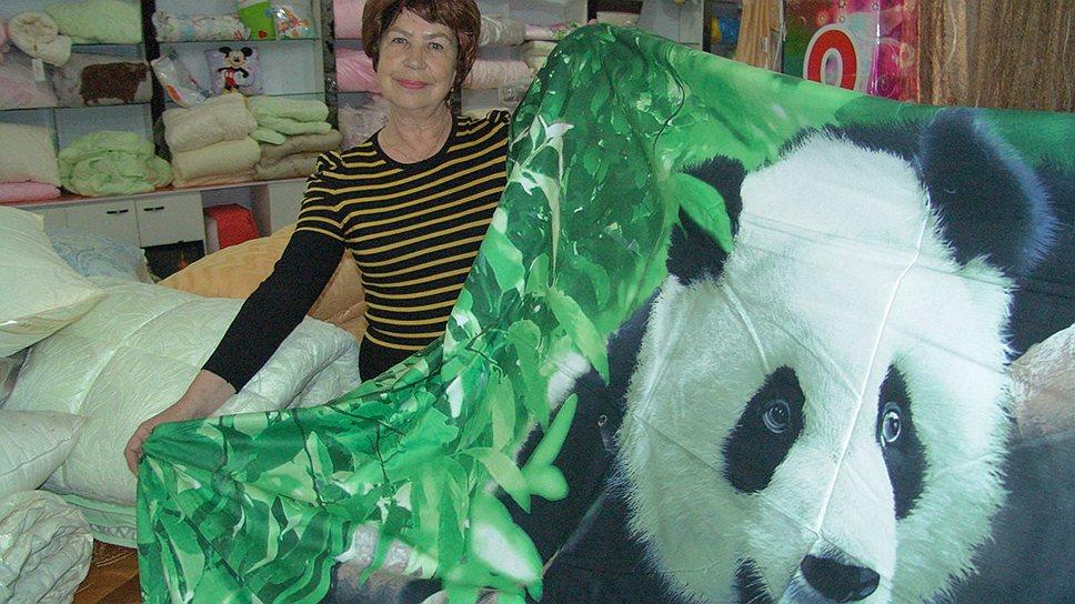 Людмила Анисимова — в магазине с пандой, с платками и полотенцами