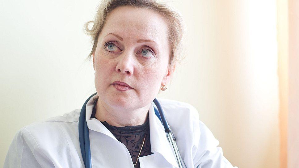 Участковый педиатр Эллина Останина и ее расчетка по зарплате за март. Итого начислено 13 305 рублей. О положенных по закону стимулирующих выплатах бухгалтерия молчит
