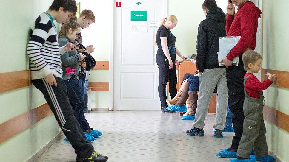 Ижевским детям часто приходится выстаивать в больничных очередях по нескольку часов — участки перегружены