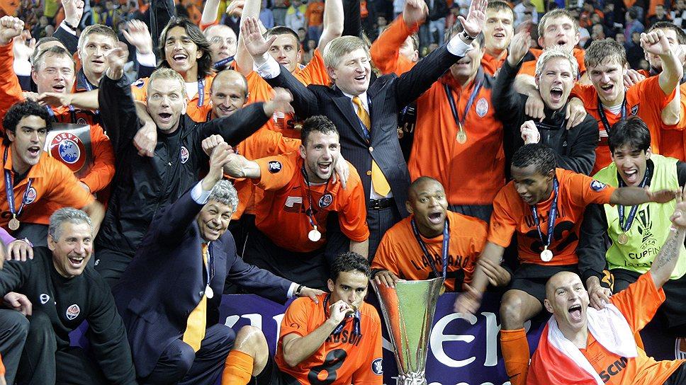 """""""Шахтер"""" празднует свой первый евротрофей-- Кубок УЕФА, который одновременно стал последним в истории (с 2009-го разыгрывается Кубок Лиги Европы). Впобедном матче на стадионе со счетом2:1 был повержен бременский """"Вердер"""""""