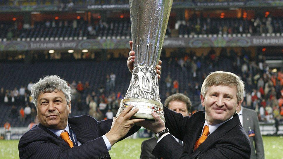 """Тренер """"Шахтера"""" Мирча Луческу (слева) и президент клуба Ринат Ахметов с кубком УЕФА-2009, который их команда только что выиграла на стадионе в Стамбуле. По всему видно, что оба не собираются останавливаться на достигнутом"""