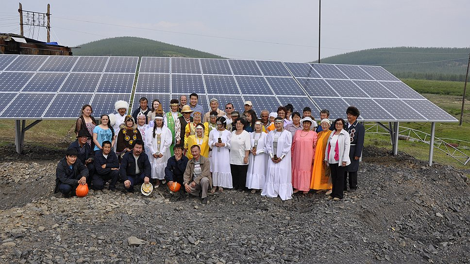 """Открытие солнечной электростанции в Ючюгее стало настоящим праздником для всего Оймяконского района. Энергетики рассказывают, что теперь ни одна свадьба там не обходится без фотографий на фоне этого """"чуда техники"""""""