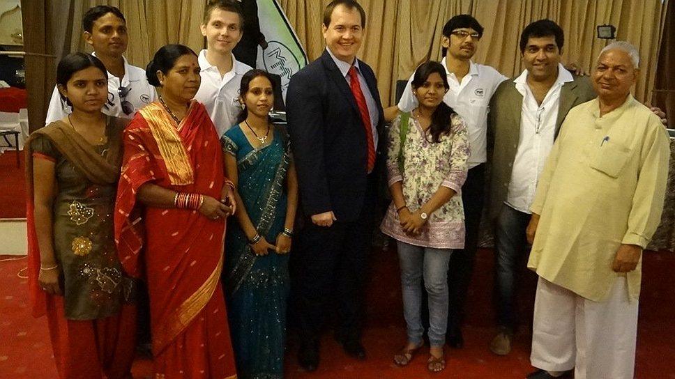 Алексей Муратов (в центре) на одной из презентаций МММ в Индии. Сейчас он задержан властями, ему грозят пять лет тюрьмы