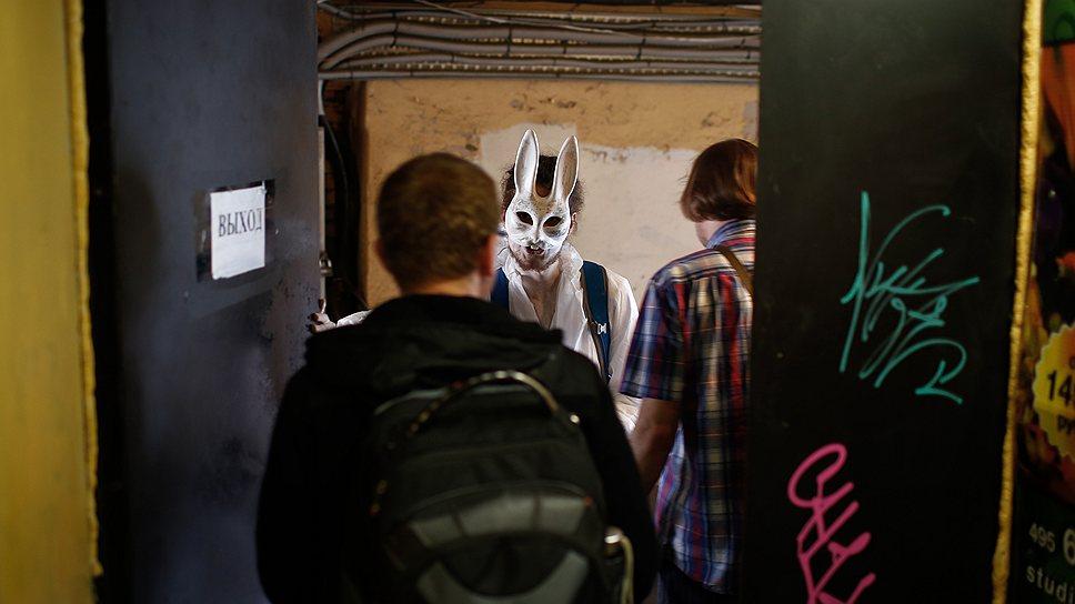 """Журналисты """"Огонька"""" (на фото) и заграничные туристы — единственные категории граждан, которые относятся к Человеку-зайцу с пониманием"""