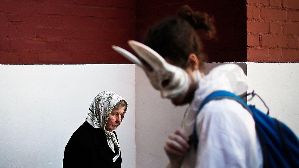 Всегда быть в маске — его судьба (художник Алек Петук, справа)