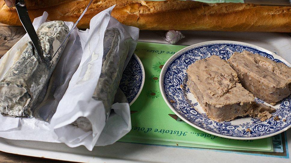 """Все чаще французы переносят свой обычный обед - сыр, паштет, хлеб, - на фермы, где можно поесть """"как дома"""""""