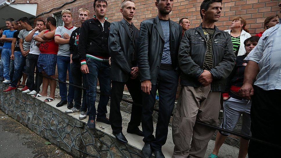 Жители Врадиевки взяли в осаду районное отделение милиции, требуя наказания виновных в насилии над 29-летней Ириной Крашковой