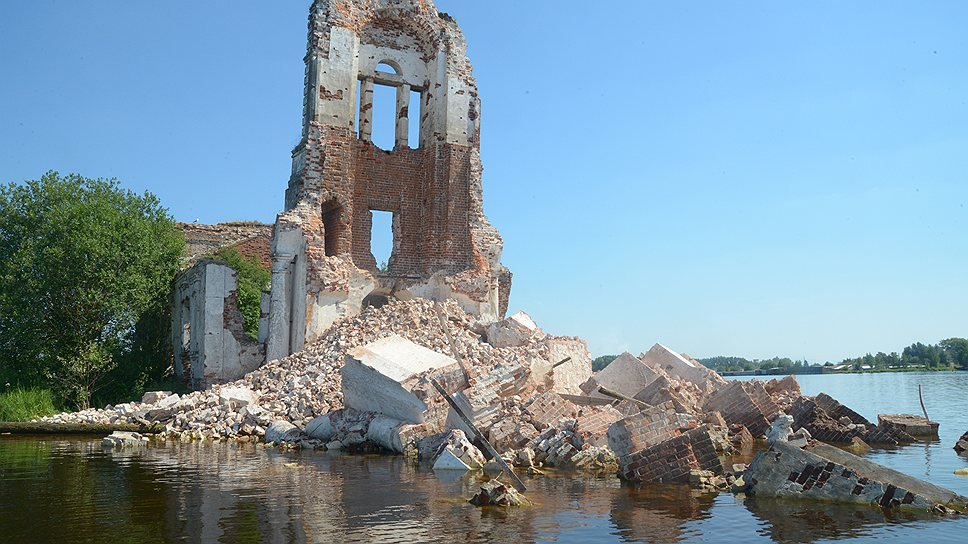 Местные жители видят в рухнувшей колокольне дурной знак