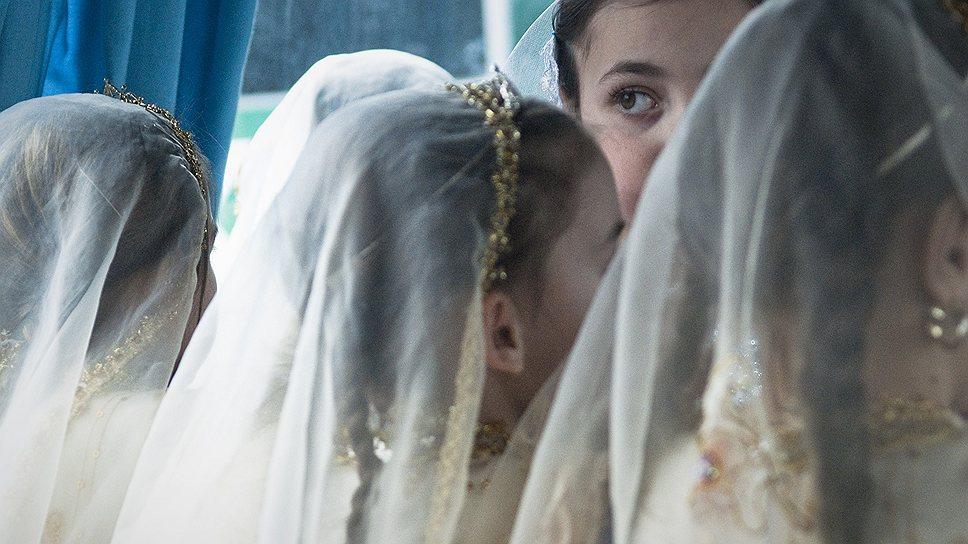 Пока гости празднуют свадьбу, невеста стоит в углу