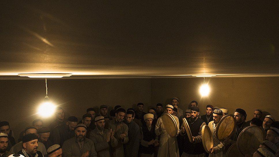 После похорон пожилой чеченки родственники-мужчины танцуют зикр