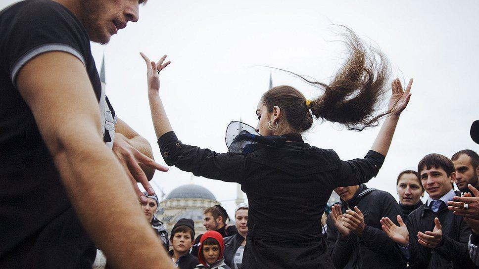 В день рождения Рамзана Кадырова молодежь танцует лезгинку на площади перед мечетью в Грозном