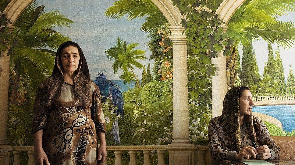 Две сестры в пункте временного размещения беженцев. Их дома были разрушены во время войны