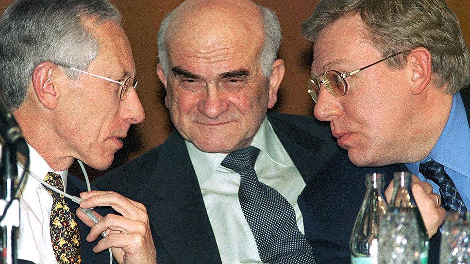 Слева направо: первый заместитель директора-распорядителя МВФ Стэнли Фишер, бывший министр экономики России Евгений Ясин и вице-премьер, министр финансов России Алексей Кудрин. 2000 год