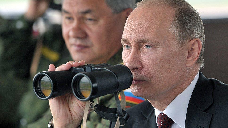 Президент Владимир Путин и министр обороны РФ Сергей Шойгу наблюдают за маневрами в Восточном военном округе