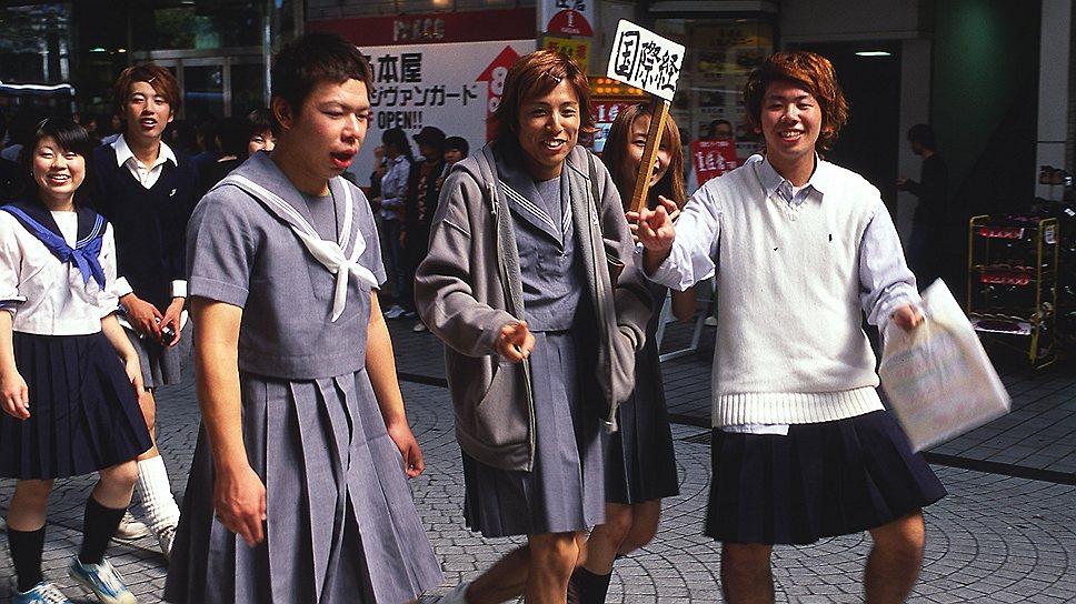 Мода на переодевание мужчин в женское платье не означает ничего порочного — только желание быть чуть более раскрепощенными