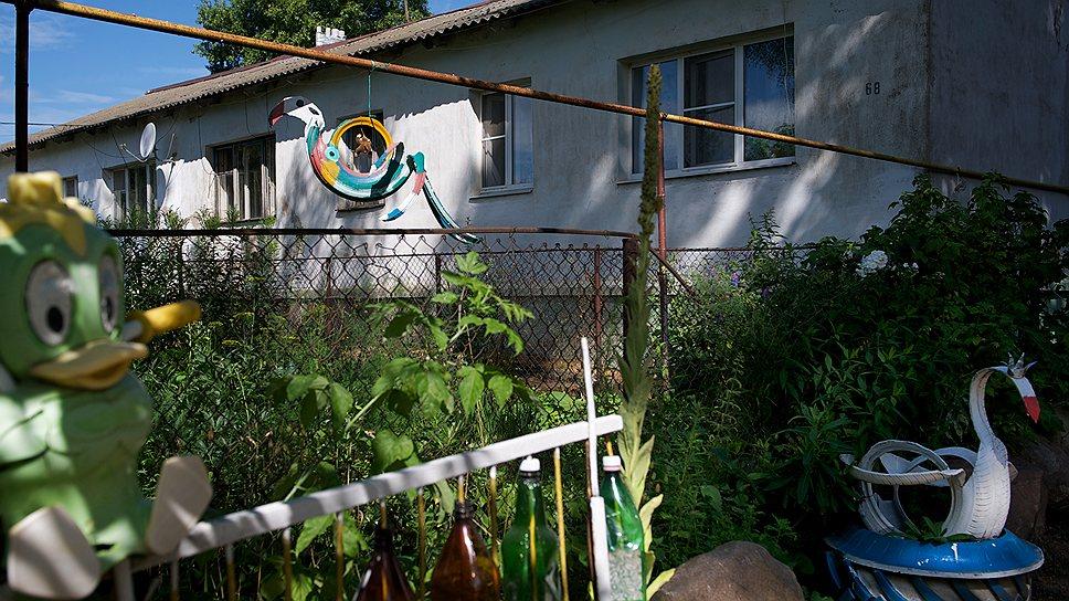В селе Ополье старыми игрушками и самодельными лебедями украшен едва ли не каждый двор