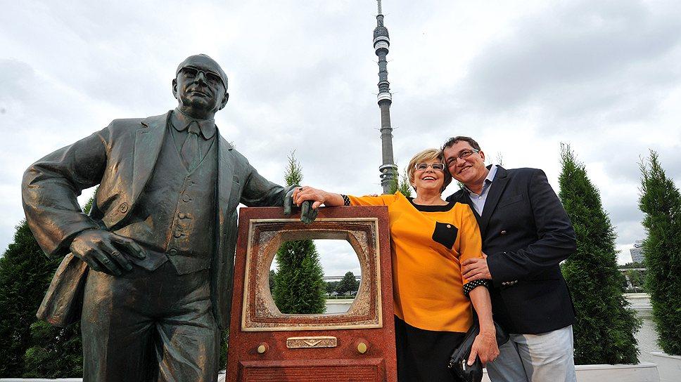 Звезды экрана фотографировались у памятника выдающемуся русскому инженеру, не задумываясь о том, почему телевидение в стране есть, а выдающихся инженеров-- уже нет