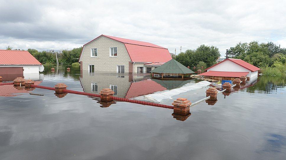 В Амурской области — потоп. Больше 100 населенных пунктов пострадали от разлива рек. Благовещенск в ожидании: спасут ли насыпи из мешков с песком от возможного затопления?