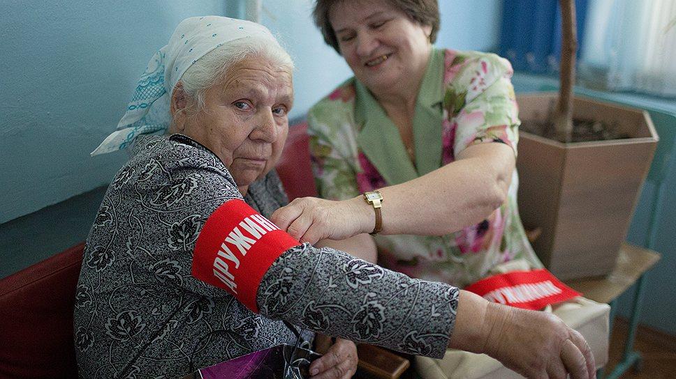 """Всеобщая """"дочка"""", 65-летняя Зинаида Парфенова (справа) экипирует патруль перед выходом"""
