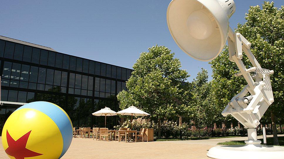 """Символ Pixar: гигантская лампа из короткометражки Лассетера """"Люксо-младший"""" и мяч столь же внушительных размеров"""