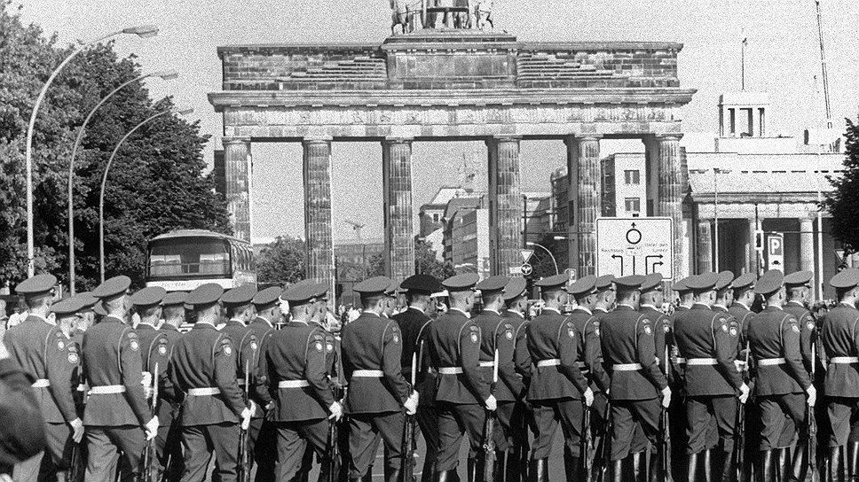Берлин. Советские солдаты проходят у Бранденбургских ворот после посещения мемориала советским воинам