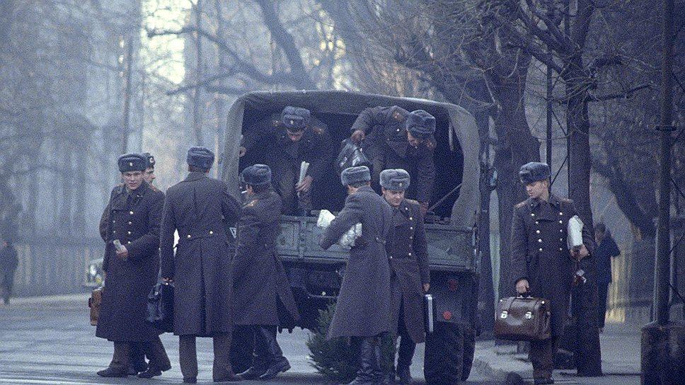 Если армия стоит в городе, то грузовик становится пассажирским транспортом