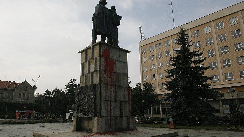 Памятник Благодарности Советской армии. Памятник есть, благодарности осталось немного