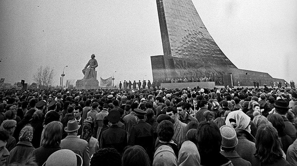 В честь запуска первого искусственного спутника Земли в Москве поставили памятник. Давно