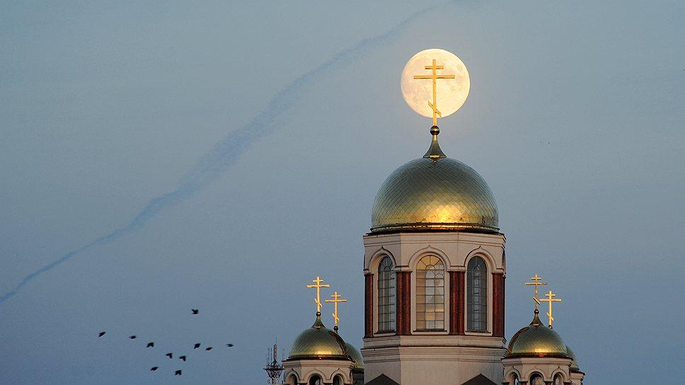 Ночь, спустившаяся на православную церковь после революции, сменилась не только религиозным возрождением, но и расширением духовных поисков, не связанных ни с одной конфессией. Храм-на-Крови в Екатеринбурге