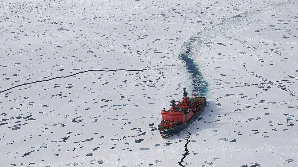 """Атомный ледокол """"Ямал"""" прокладывает путь каравану Северного флота"""